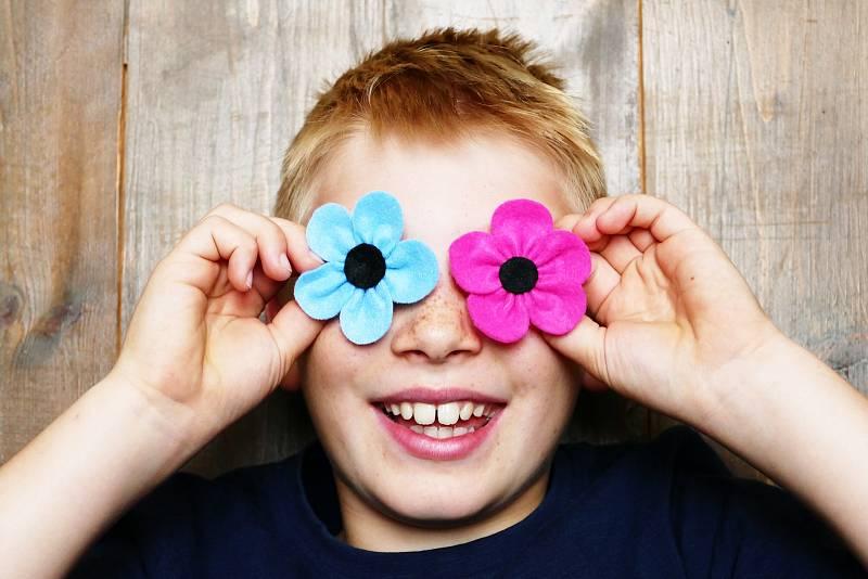 Kampaň čerčanského Hospice Dobrého Pastýře 'Za důstojné odcházení'. Jejím symbolem je květinová brož Černooká Zuzana.