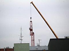 Rozebírání jeřábu na stavbě polyfunkčního domu v Tyršově ulici v Benešově.