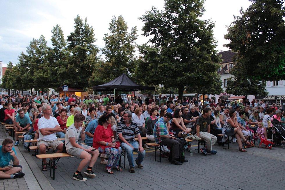 Publikum na Masarykově náměstí při koncertu kapely Czech Floyd.