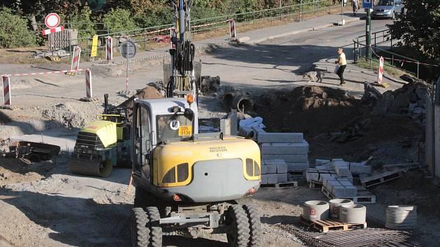 Práce na stavbě kruháku v Týnci se vlečou.