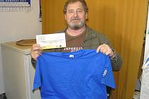 Petr Paluska z Netvořic přišel pro ceny, stokorunovou poukázku od sázkové kanceláře Fortuna a tričko, za svou matku Evu Paluskovou, která zvítězila v 8. kole Jarní Fortuna ligy.