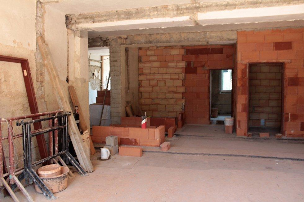 Z přestavby bývalé výrobny budíků na byty a ordinace v Poříčí nad Sázavou.