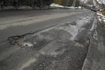 Zničených silnic je na Benešovsku nesčetně mnoho. Některé ale kraj už opravuje.