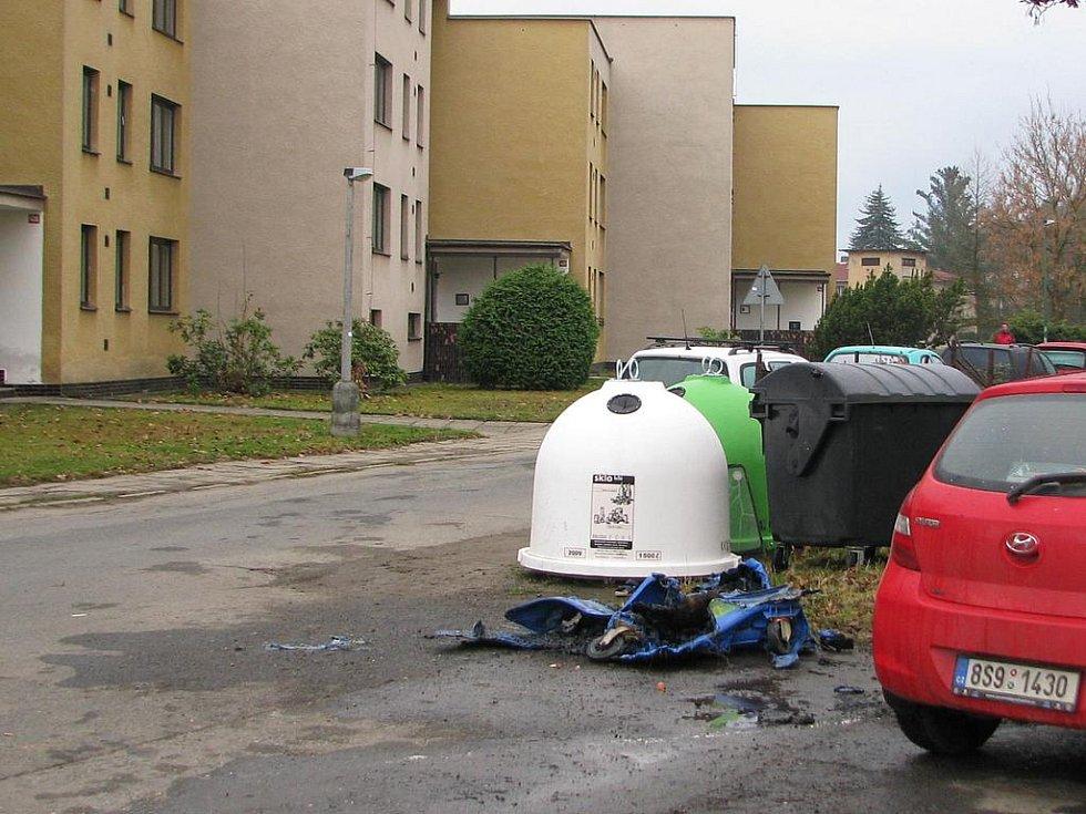 Následky řádění žháře v centru Týnce.