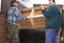 Poslední přistavení kontejneru v Peceradech. Stará sedačka tak neskončila v lese, ale na řízené skládce.