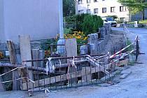 Zabezpečení výkopu na rohu ulice Husova a 9. května