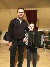 Akordeonista Viktor Stocker a jeho učitel Jiří Neužil.