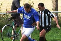 Nováček z Čerčan v úvodním zápase okresního přeboru remizoval se Zdislavicemi 2:2. Úniku hostujícího Michala Kupsy (v modrém) pronásledovaným domácím Michalem Horčičkou přihlíží cyklista