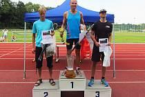 Vyhlášení  kategorie mužů B na vlašimské hodinovce. První Marek Jirásek, druhý Rudolf Jánošík a třetí Martin Lejnar.
