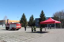 Prostor pro nové odběrné místo kvůli koronaviru na parkovišti u plaveckého bazénu v Benešově.