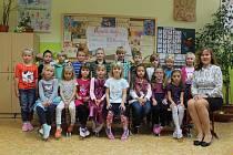 Prvňáčci ze třídy 1.A ze Základní školy v Bystřici s třídní učitelkou Janou Dvořákovou ve školním roce 2019/2020.