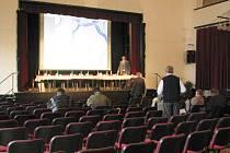 Hodně neobsazených židlí zůstalo v pondělí 4. května v divadelním sále Hotelu Pošta při společném jednání starostů měst a obcí dotčených výstavbou severojižní dálnice z Prahy