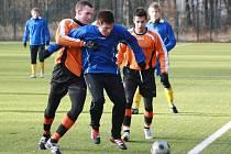 Michal Bohata (v modrém), záložník benešovského béčka, bránil míč před nalepeným kolínským Tomášem Michálkem.