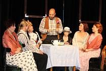 Z divadelního představení Teta pana Charleyho v bystřickém divadle U Jelena.