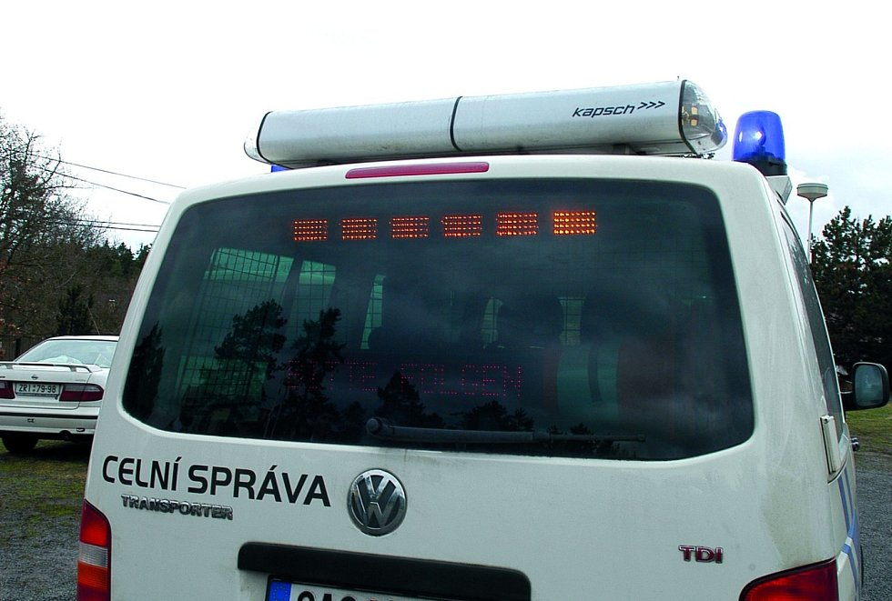 Celníci při kontrole dálničních kuponů a zaplaceného mýtného.