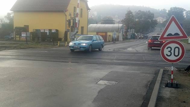 Železniční přejezd v Týnci nad Sázavou.