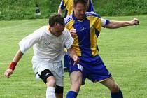 V okresním přeboru si Ostředek vyskočil na Divišov. Hostující Miroslav Bumbálek (v modrožlutém) si kryje míč před ostředeckým Petrem Floriánem