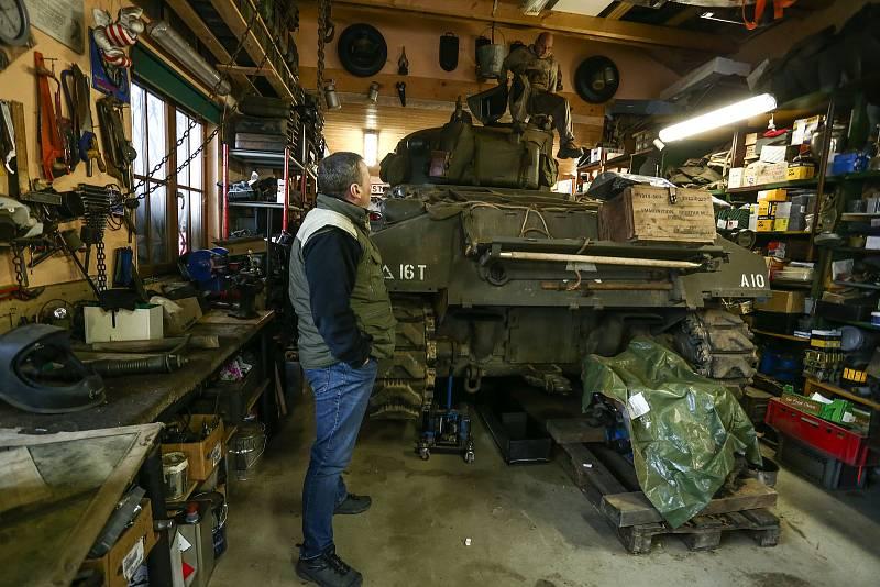 """Americký tank M4 Sherman patří Pavlu Roglovi. Z věže skáče machanik Jan """"Jelly"""" Šulc."""