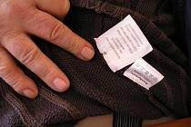 Kód na svetru, který způsobil majiteli potíže.