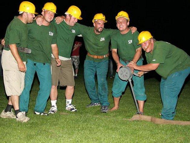 Soutěžní družstvo dobrovolných hasičů z Onomyšle a Křečovic na noční soutěži v Suchdole.