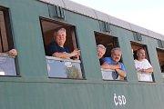 Vlak tažený parní lokomotivou zastavil také v Týnci nad Sázavou.