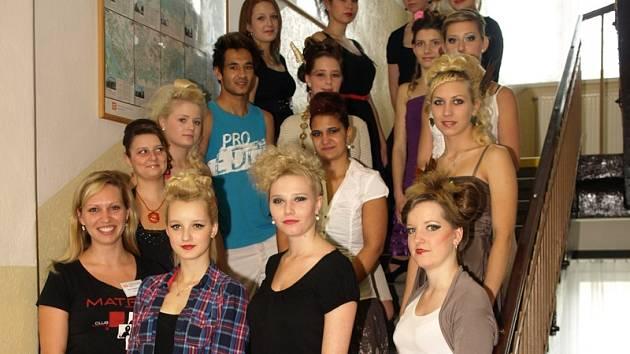Studenti SŠEOS z Husovy ulice se svezli na vlně extravagance.