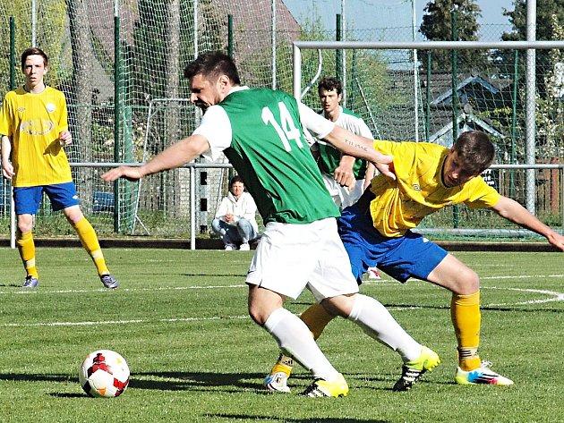 Poříčský Jan Pohorský (ve žlutém) se snaží zastavit lhotského Lukáše Havelku.