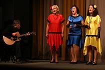 Z divadelního představení Kabaret proti nám! kočovného divadla Ad Hoc v rámci festivalu Voskovcova Sázava.