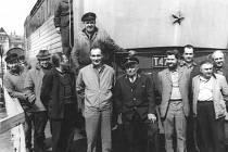 """Točna  v benešovském depu a dieselová  lokomotiva T 478.2  """"Bardotka"""" posloužila 5. dubna 1974 železničářům pro společné fotografování. Poznají příbuzní a známí tehdejší strojvedoucí, strojmistry a """"topírenské""""?"""