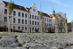 Gymnázium Benešov, v jehož vnitrobloku by zjara 2019 měla začít vyrůstat nová tělocvična.