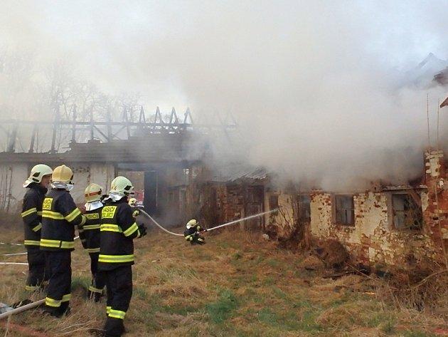 Požár opuštěné fary v Pravoníně likvidovalo sedm hasičských jednotek.