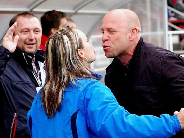Bude se trenér Votic Ivan Pihávek radovat z výhry se svojí manželkou Věrou a zároveň masérkou i po utkání ve Vejprnicích?