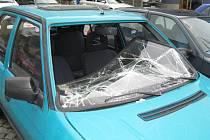Automobil, který stojí na parkovišti ve Vnoučkově ulici už několik měsíců, tento týden odtáhnou