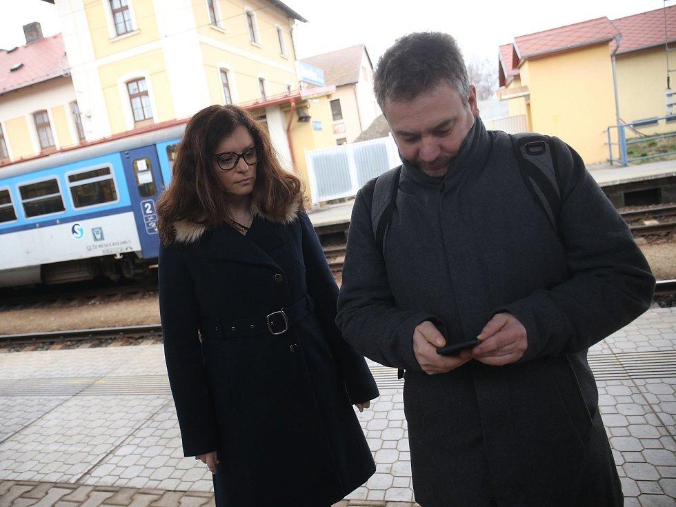 Z příjezdu premiéra Andreje Babiše na benešovské nádraží, kde na něj čekala i středočeská hejtmanka Jaroslava Pokorná Jermanová.