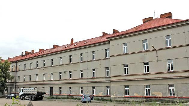 Hlavní budova někdejších Táborských kasáren v Benešově zatím demolici odolala. Co by se z ní mohlo stát, naznačí studie, kterou radnice získá v lednu 2020.