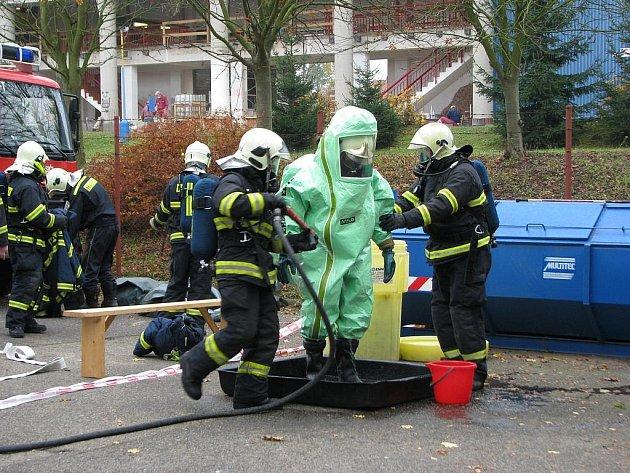 Cvičení hasičů HZS Benešov u zimního stadionu.