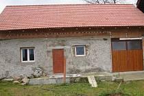 Opravované stavení v osadě Zaječí, jehož interiér pachatel posprejoval.
