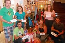 Hasičské mládí z Boliny dovezlo v pondělí dětem do Strančic dárky.