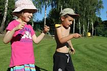 Děti z Mezna si připomněly Světový den životního prostředí pomocí venkovních her.