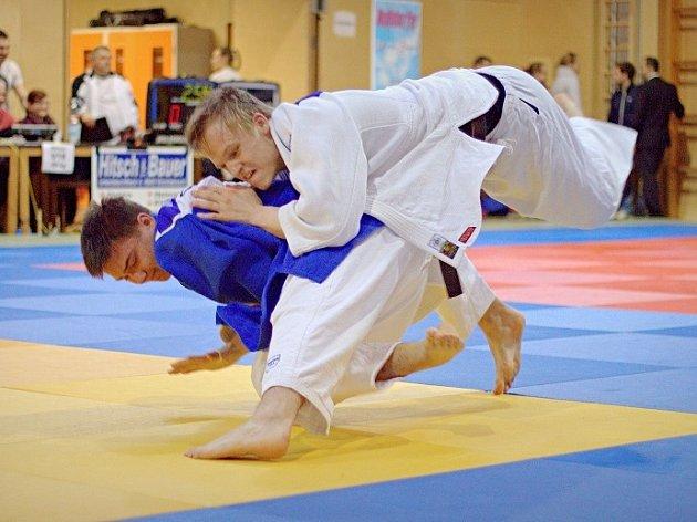 Adam Vojta (modré kimono) útočí chvatem seio nage.