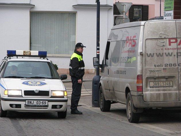 Městská policie Benešov při kontrole oprávnění k vjezdu na Masarykovo náměstí.