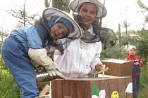 Včelařka Hana Chmelová se synem Martinem.