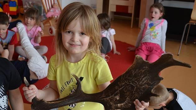 Děti v Mateřské škole MiniSvět v Mrači se seznamovaly s životem jelenů, srnců a laní.
