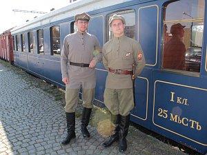 Legiovlak zastavil u nákladové rampy benešovského nádraží.