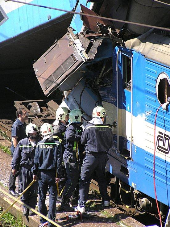 Přípravy hasičů při vyprošťování strojvedoucího