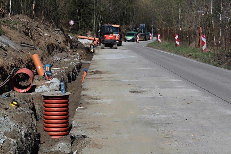 Z výstavby chodníku mezi Týncem nad Sázavou a Podělusy.