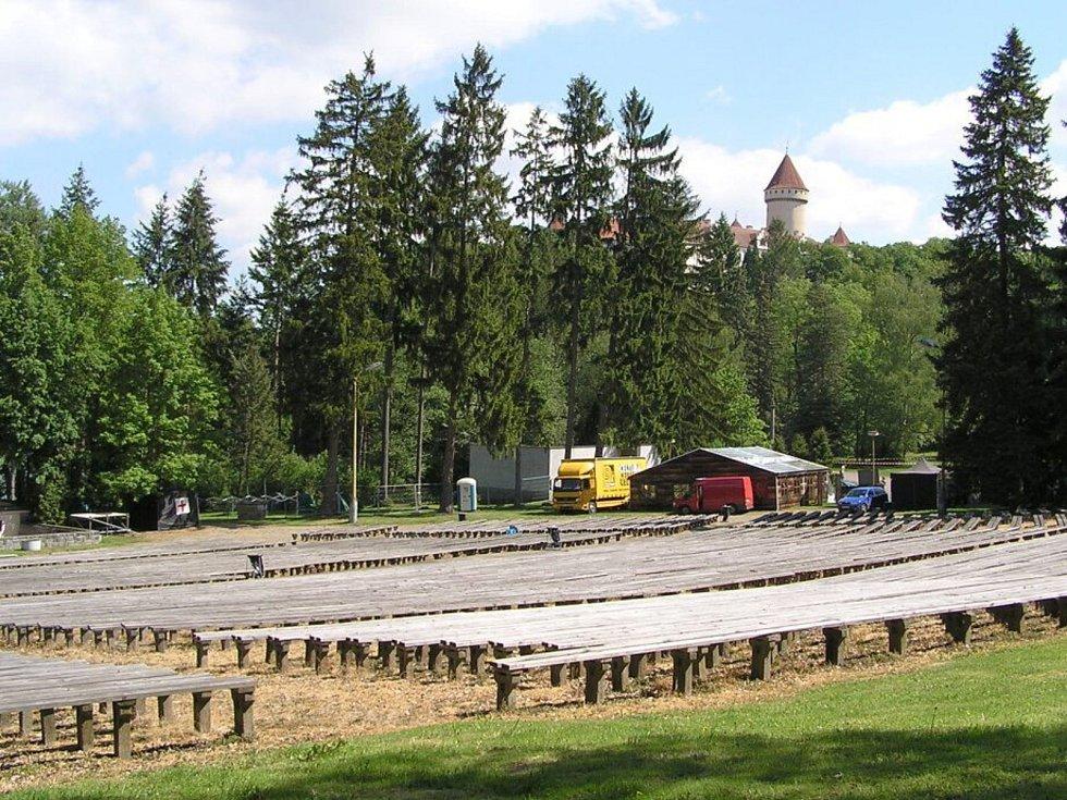 Konopišťské přírodní divadlo je na dohled státního zámku.