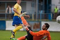 Benešovský kapitán Martin Turek střílí první gól do sítě Milevska.