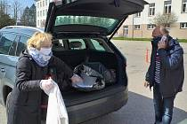 Dobrovolníci v Benešově šili roušky i roznášeli nákupy.