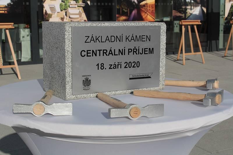 Ze slavnostního poklepání na základní kámen pavilonu Centrálního příjmu v Nemocnici Rudolfa a Stefanie v Benešově.